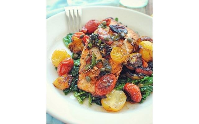 Лосось со шпинатом и томатами черри