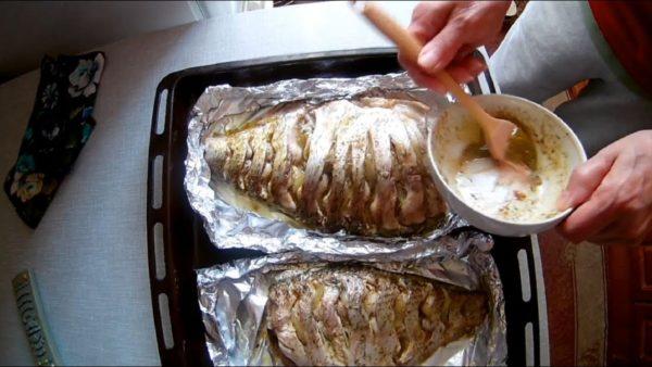 ВИДЕО: Лещ запеченный в духовке. Самый простой способ.