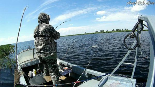 ВИДЕО: Рыбалка летом с лодки. Ловля на спиннинги + удочка! Видео 2020 оз. Чаны.
