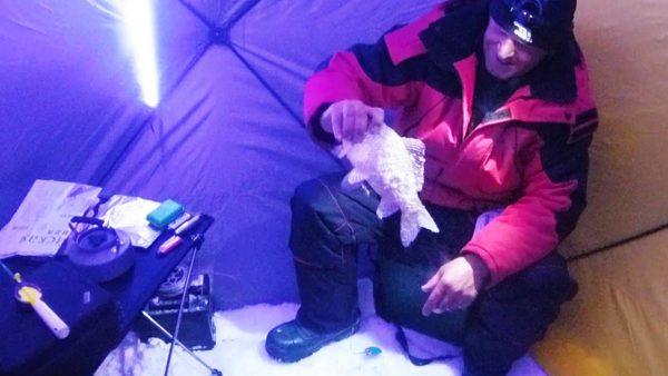 ВИДЕО: Ловля карася в глухозимье на самом большом озере Западной Сибири. Ночная рыбалка в палатке.