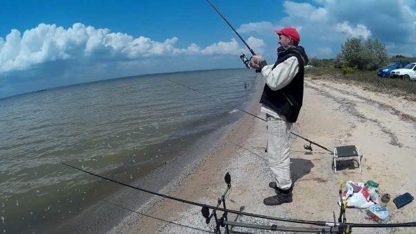 ВИДЕО: Ловля карася на мели в лимане. Рыбалка в мае. Ловля на флэт фидер, донки и кормаки